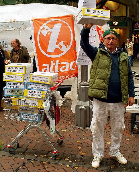 Datei:Aktivist mit einem Warenkorb für Hartz-IV-Empfänger und der Frage Wieviel können Sie für Bildung ausgeben, Aktionstag UMfairTeilen - Reichtum besteuern, 2012 in Hannover.jpg