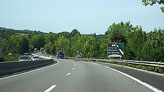 Shoulder (road) - French highway, with dashed shoulder markings and sign explaining their significance