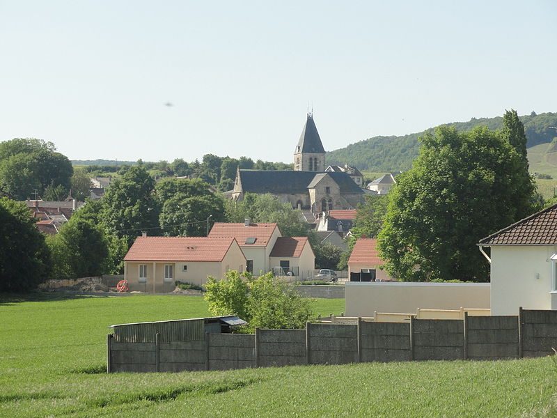 Vue du centre du village d'Avenay-Val-d'Or (Marne, France) et de son église.