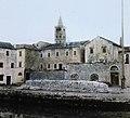 Az Obala Petra Krešimira házai az Adriáról nézve, háttérben a Szűz Mária-templom (Crkva Svete Marije) harangtornya. Fortepan 95021.jpg