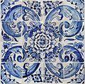 Azulejos de padrão camélia azul e brancos.jpg