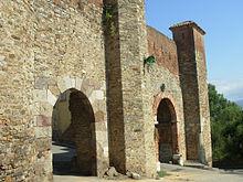 Enceinte fortifiée avec porte