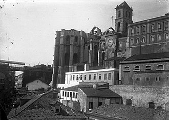Carmo Convent (Lisbon) - A view of the convent, with the Santa Justa Elevator (to the left)