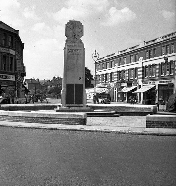 File:Beckenham első világháborús emlékmű, a Rectory Road felől a Croydon Road felé nézve. Fortepan 54190.jpg