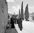 Begrafenisstoet op het kerkhof, Bestanddeelnr 254-0876.jpg