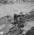 Bevloeiingswerken bij de kibboets Hakuk bij het Meer van Tiberias. Arbeider drin, Bestanddeelnr 255-4795.jpg