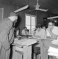Bijeenkomst in een jesjiva (Talmoedschool). Een rabbijn geeft uitleg aan de leer, Bestanddeelnr 255-3047.jpg