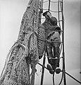 Bijschrift The net is hung up to dry het net wordt opgehangen om te drogen, Bestanddeelnr 935-3022.jpg