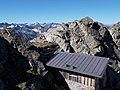 Biwakhütte überm Plattenjoch, Piz Kesch hinten.jpg