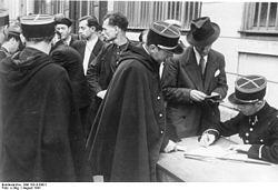 Bundesarchiv Bild 183-B10921, Frankreich, Paris, Registrierung verhafteter Juden