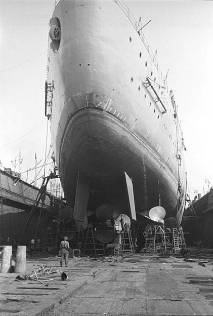 DKM Bismarck 421px-Bundesarchiv_Bild_193-30-5-34A%2C_Schlachtschiff_Bismarck