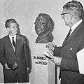 Burgemeester Thomassen (r.) in gesprek bij het borstbeeld van Daniël den Hoed, Bestanddeelnr 918-3539.jpg