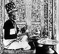 COLLECTIE TROPENMUSEUM Een pedanda istri (preisteres) met offergereedschap Bali TMnr 10001214.jpg