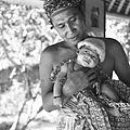 COLLECTIE TROPENMUSEUM Portret van Anak Agung Raka met zijn oudste zoon in Saba TMnr 60030083.jpg