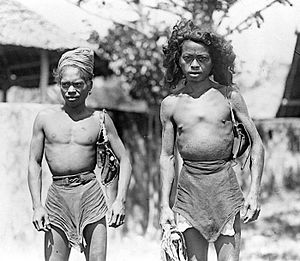 Manusela people - Image: COLLECTIE TROPENMUSEUM Twee mannen uit Wahai Ceram T Mnr 10005711