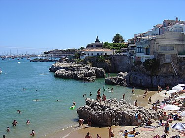 Praia da Rainha (Queen's Beach), a beach in the centre of Cascais. Cascais beach 02.JPG
