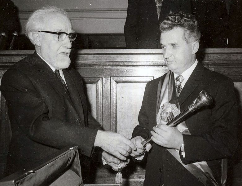 Fișier:Ceausescu receiving the presidential sceptre 1974.jpg