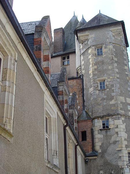 Château de Béthune, La Chapelle d'Angillon (Cher). Cour intérieure. Le donjon carré aux six étages (XIe s.).