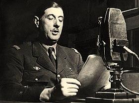 Charles de Gaulle au micro de la BBC à Londres. Cette photographie est postérieure au 18 juin 1940 car le Général porte sur sa vareuse l'insigne à croix de Lorraine[1], adoptée comme emblème de la France libre en juillet de la même année[2]. Il n'existe aucun cliché de l'appel du 18 Juin mais cette image est parfois utilisée comme illustration du célèbre discours radiodiffusé[1].