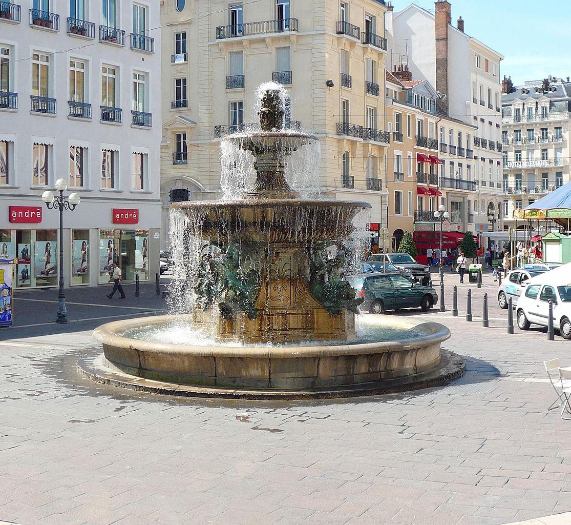 File:Chateau D'eau, Place Grenette