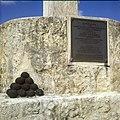 Collectie Nationaal Museum van Wereldculturen TM-20030090 Gedenkplaat in Fort Oranje Oranjestad Boy Lawson.jpg
