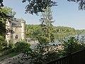 Coye-la-Forêt (60), château de la Reine Blanche, vue depuis le sud, et étangs de Commelles.jpg