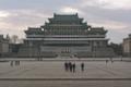 DPRK - Primer impacto, Plaza Kim Il-sung (40924717191).png