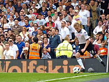 Damien Duff taking a corner for Fulham in August 2010 against Manchester  United 6dbff6a1abe