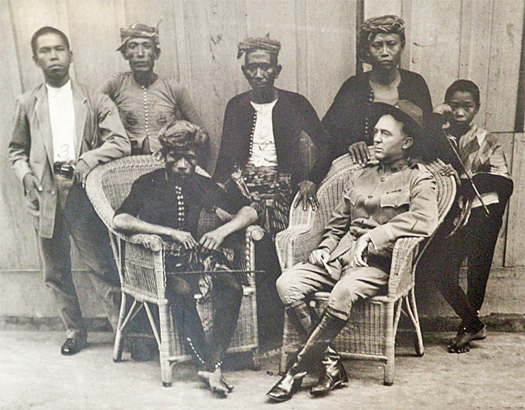Fichier:Datu Amil with Captain W.O. Reed.jpg