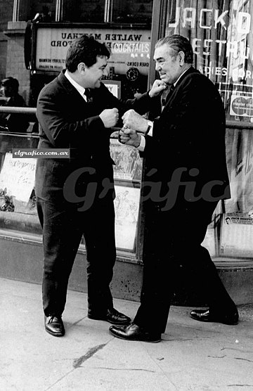 Dempsey (right) playing to box with El Grafico journalist who interviewed him in Broadway, 1970 Dempsey elgrafico 1970.jpg