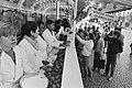 Direct na de kerst is zaterdag de verkoop van oliebollen van start gegaan, verko, Bestanddeelnr 931-2298.jpg