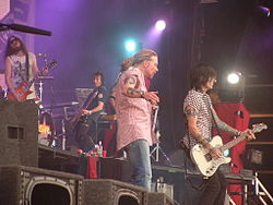 槍與玫瑰2006年的演唱會。左至右:Robin Finck, Tommy Stinson, Axl Rose, Richard Fortus