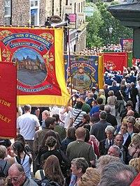 Parado kun grandaj tradiciaj sindikatstandardoj.