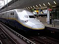 E4 series Shinkansen train at Tokyo Station 01.jpg