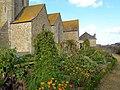 Eglise Saint-Jean de Lamballe (Côtes d'Armor), jardin médiéval et mur sud DSC06851.jpg