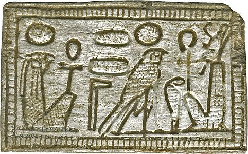 Pectoral avec les différents gyphes de la divinité.