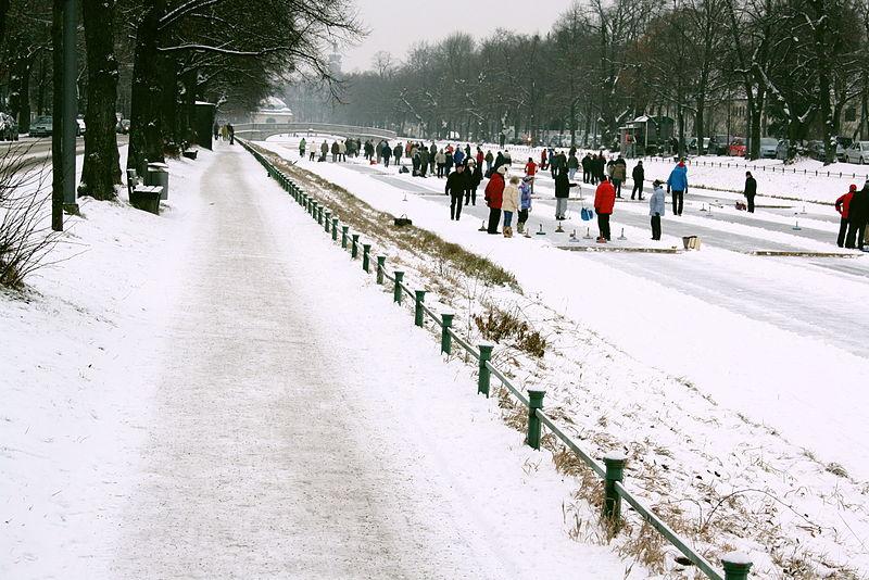 Datei:Eisstockschiessen am Nymphenburger Kanal Wintersport.JPG