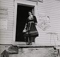 Elisabeth Meyer - Kvinne i Setesdalsbunad på trappen til en butikk - NMFF 002574 4.jpg