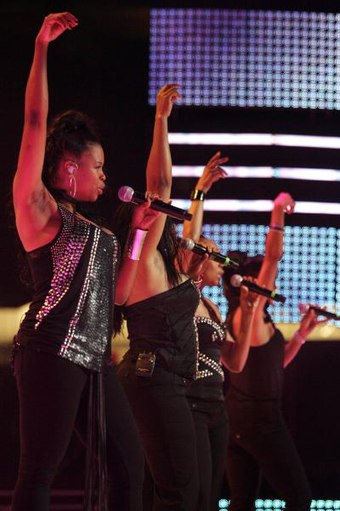 4e80b8f5ca Jones (second from the left) performing with En Vogue during their reunion  tour