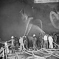 Explosie op Noorse tanker Rona Star bij Verolme, de tanker in brand, en blussi, Bestanddeelnr 917-8741.jpg