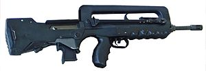 FAMAS, dengan magazen plastik khusus untuk menembakkan granat senapan.