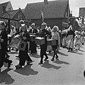 Feesten en kermis te Volendam. Een koektrommelband trekt door de Volendamse stra…, Bestanddeelnr 900-5449.jpg