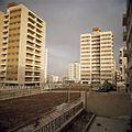 Flats in een buitenwijk - Stichting Nationaal Museum van Wereldculturen - TM-20037957.jpg