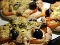 Flickr - cyclonebill - Pizza med sardiner og sorte oliven.jpg