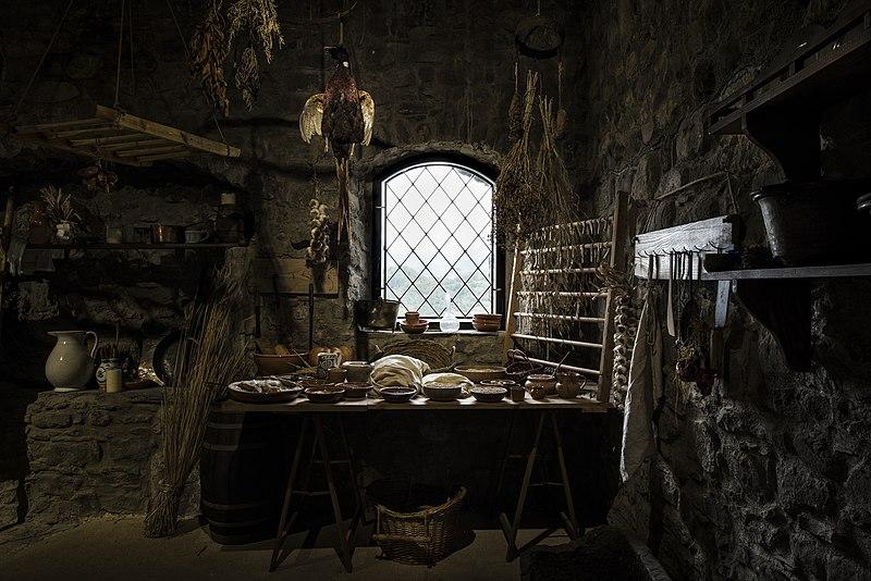 File:Fortezza Verrucole Archeopark interno.jpg