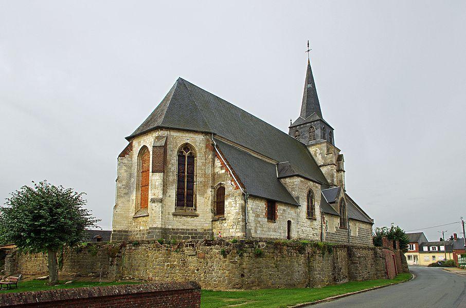"""Église Saint-Denis.   L'église du XVIe siècle, terminée en 1547, se dresse au milieu d'un ancien cimetière clos de murailles.   L'église a été construite sur une motte fortifiée.   La guerre de cent ans avait débuté par la conquête du nord de la France par les Anglais. Les Anglais qui avaient investi Gannes installèrent des canons sur une butte fortifiée au centre du village. Les murs d'enceinte de l'ancien cimetière sont ceux de la canonnière. Certains font dériver de """"gun"""" le nom de Gannes. C'est peu probable, le nom de Gane étant déjà cité au XIIe siècle.  L'église est connue chez les historiens de Saint-Vincent-de-Paul. En effet, saint-Vincent de Paul s'y rendit en janvier 1617, alors qu'il résidait au château de Folleville, dans la famille de Gondi. Vincent de Paul qui fit ses études à Toulouse était monté à Paris et entré au service de la famille Gondi comme précepteur des enfants. Il accompagnait la famille de Gondi dans leurs résidences de province, et en particulier à Folleville, à deux lieues de Gannes. En janvier 1617, alors qu'il résidait à Folleville, on le vint prier d'aller à Gannes pour confesser un paysan qui était dangereusement malade. Il se rendit au chevet du moribond avec Madame de Gondi.  """"Ha Madame! lui dit le malade, j'étais damné si je n'eusse fait une confession générale à cause de plusieurs gros péchés, dont je n'avais osé me confesser."""" Il finit sa vie après trois jours à l'âge de 60 ans devant son salut à Monsieur Vincent.  Se rendant compte du manque de prêtre pour desservir les campagnes, St-Vincent de Paul créa à l'occasion de cet incident, la congrégation des prêtres de la Mission. C'était une secte de prêtres missionnaires qui se rendaient partout où les villageois n'étaient pas ou mal évangélisés.  (D'après Gannes, le village et son patrimoine de monsieur Thierry Van Gasse)   Church of St. Denis.  The church is of the sixteenth century. It was built in the middle of an ancient cemetery, enclosed by walls.  The church was built on """