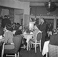 Gasten in de eetzaal van het restaurant, Bestanddeelnr 252-8858.jpg