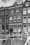 foto van Pand met bakstenen gevel met rechte kroonlijst, zandstenen togen boven de vensters 1e en 2e verdieping. onderpui vernieuwd
