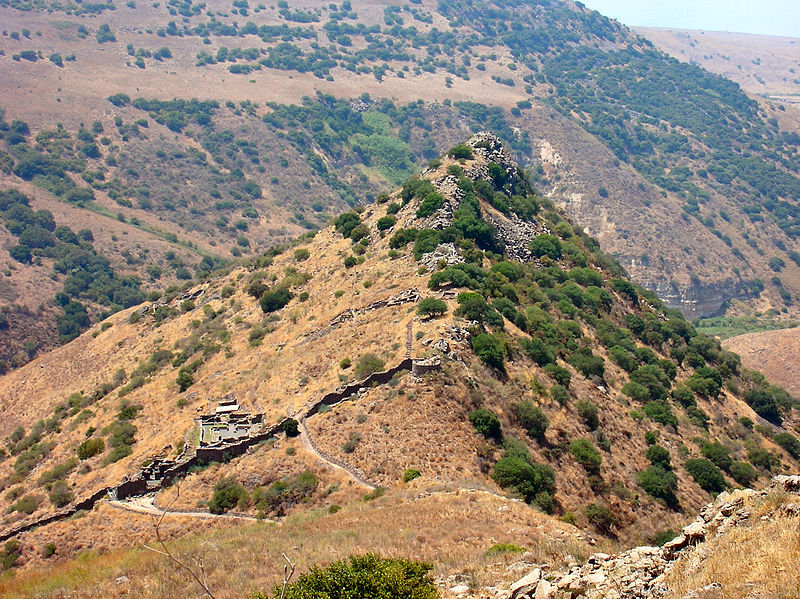 Ruines de la cité fortifiée de Gamala, enjeu de la guerre entre Arétas IV et Hérode Antipas. (On entrevoit au fond, le lac de Tibériade.)