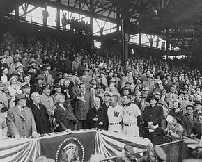 Description de l'image Harry Truman throws first pitch at 1952 Washington Senators season opener.JPG.
